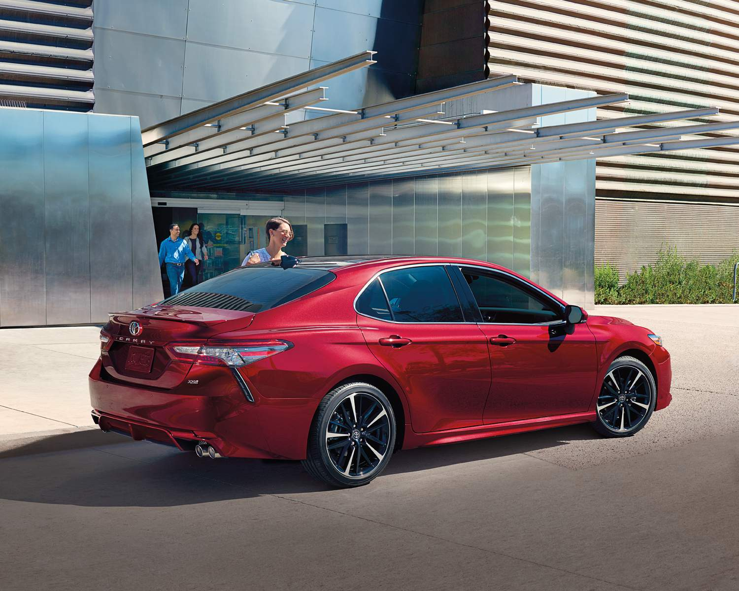 toyota-2018-camry-xse-v6-ruby-red-pearl-rear-l